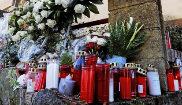 Flores y velas en la nave donde se halló el cuerpo de Diana Quer. EFE