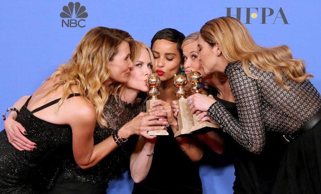Las actrices Laura Dern, Nicole Kidman, Z. Kravitz, Reese Witherspoon y S. Woodley posando con el galardón