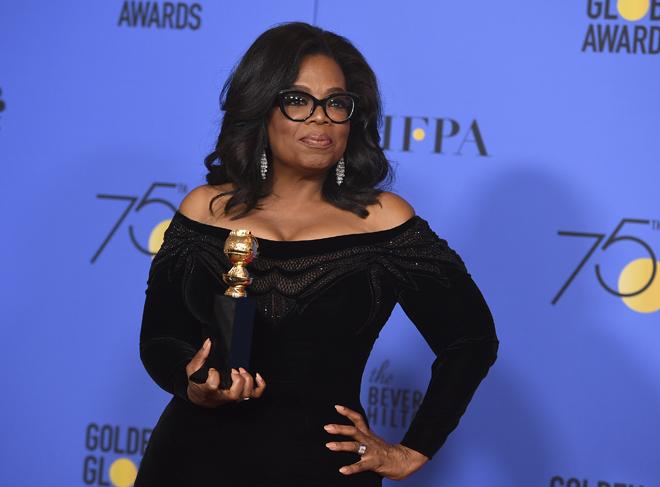 Oprah Winfrey, con el premio Cecil B. De Mille.