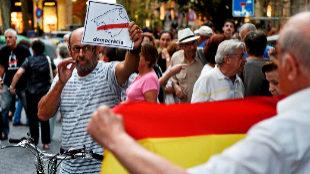 Un ciudadano con un bandera de España ante otro que se manifestaba...