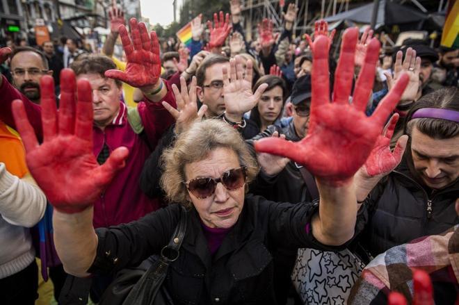 Decenas de personas participan en una concentración contra la homofobia celebrada en el centro de Madrid en el año 2016.