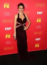 La actriz eligió un vestido granate de terciopelo y corte recto de...