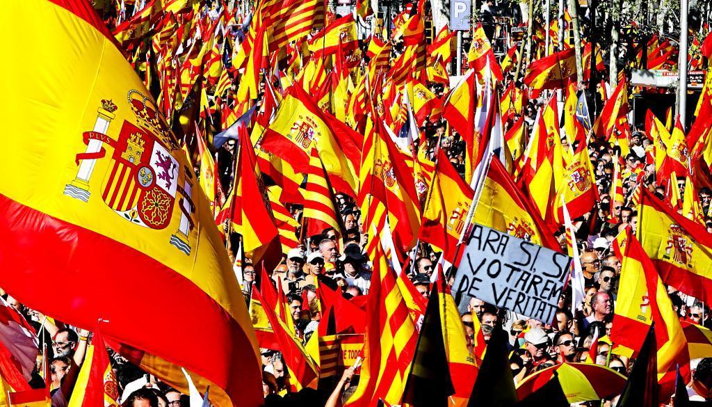 Banderas españolas en una manifestación contra el independentismo en...