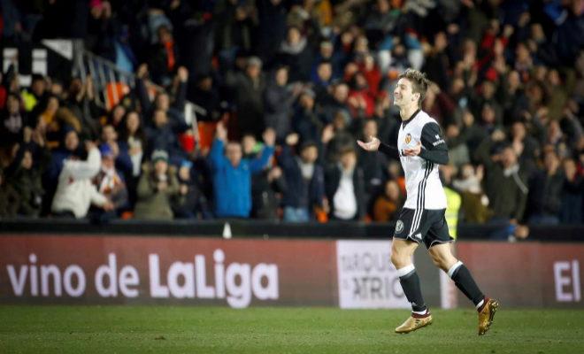 Vietto celebra su tercer gol, el último del Valencia ante la UD Las Palmas en Mestalla.