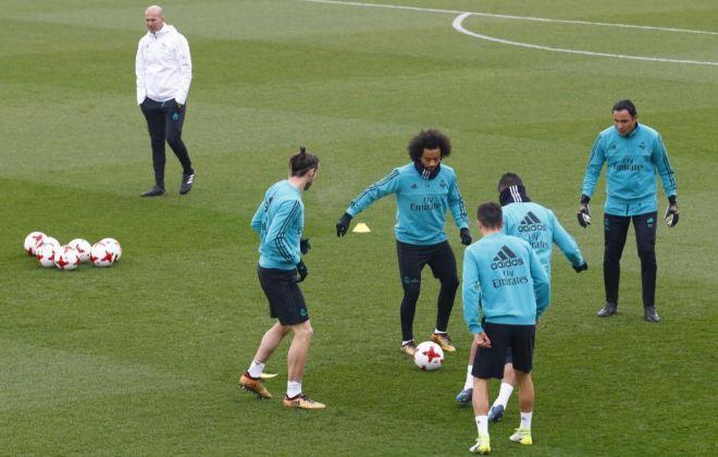 Zidane observa un rondo con Bale, Marcelo y Navas, el martes en Valdebebas.