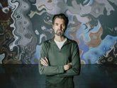 El artista madrileño llega a la capital con una obra que aborda el...