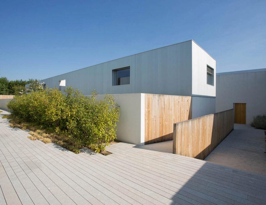 En el exterior: las fachadas pintadas de ladrillo blanco contrastan...
