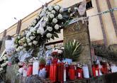 Flores y velas en memoria de Diana Quer en Rianxo.