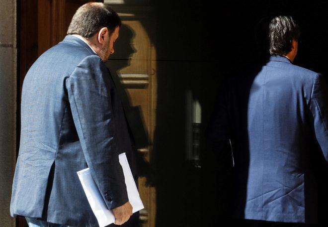 Oriol Junqueras entra a una reunión con Carles Puigdemont en mayo de 2016
