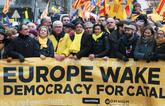 Carles Puigdemont, tras una pancarta que reclama el apoyo de la UE a...