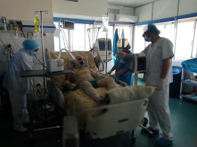 Ryad Khalaf Zibou recibe atención médica en un hospital de Trípoli (Líbano) tras intentar autoinmolarse.