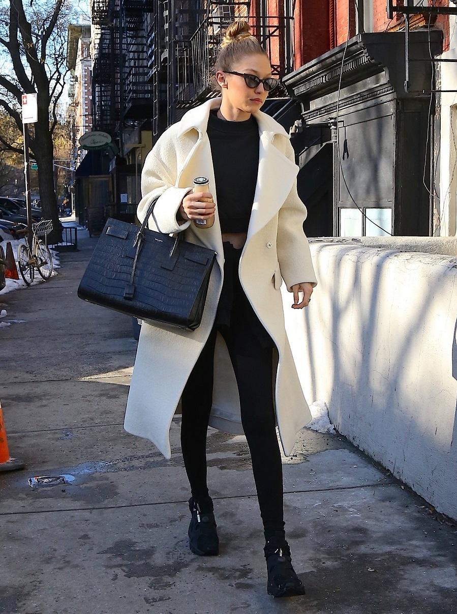 Gigi Hadid también se ha apuntado a la opción total look negro y...
