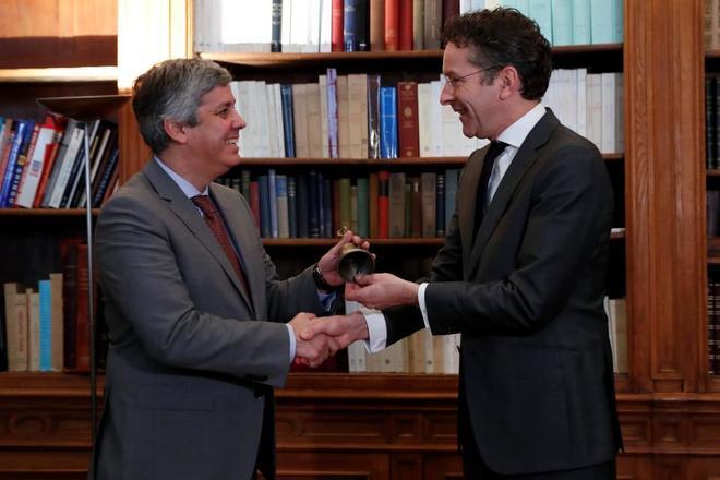 El portugués Mario Centeno y Jeroen Dijsselbloem, hoy, en París.