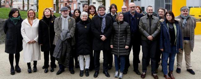 Carles Puigdemont, con sus diputados electos, este viernes en...