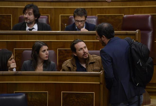 Pablo Iglesias y Alberto Garzón charlan en el Congreso, junto a Irene Montero y Ione Belarra.