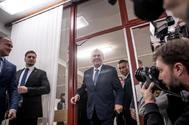 El presidente de la República Checa, Milos Zeman (centro), a su llegada a un colegio electoral.