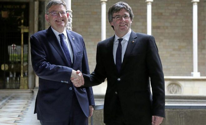 El ex presidente de la Generalitat de Cataluña, Carles Puigdemont, en un encuentro pasado con el presidente de la Generalitat Valenciana, Ximo Puig.