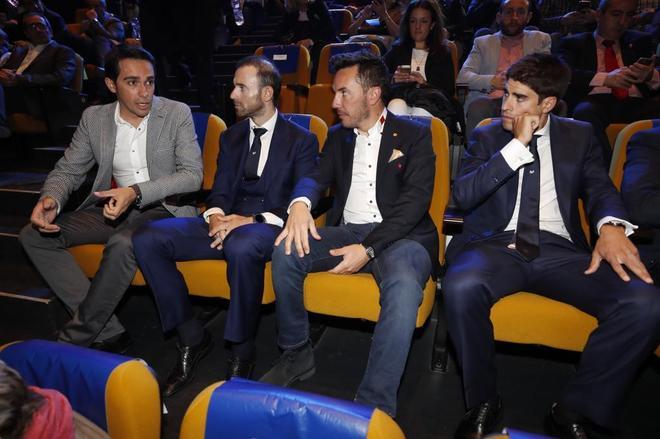 El exciclista madrileño Alberto Contador (i) conversa con el...