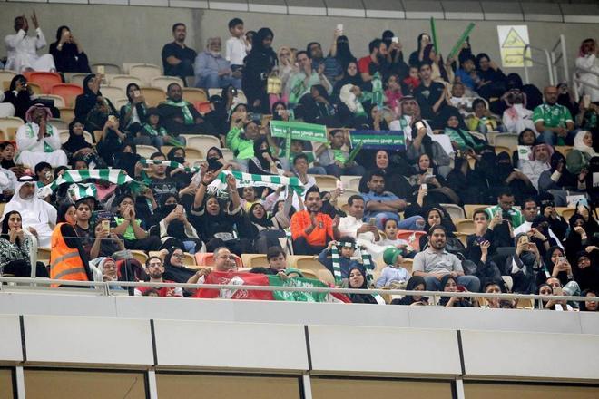 La 'sección familiar' celebra los goles del Al Ahli.