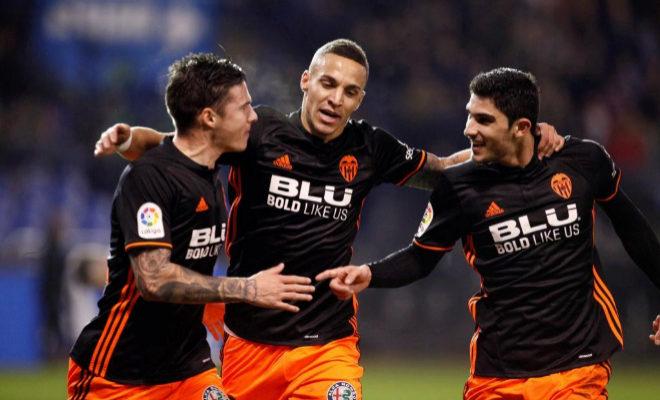 El centrocampista portugués del Valencia Gonçalo Guedes celebra con sus compañeros Rodrigo y Mina la consecución del primer gol ante el Deportivo en Riazor.