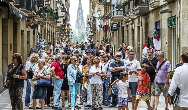 Un grupo de turistas camina este verano por las calles de la Parte Vieja de San Sebastián.