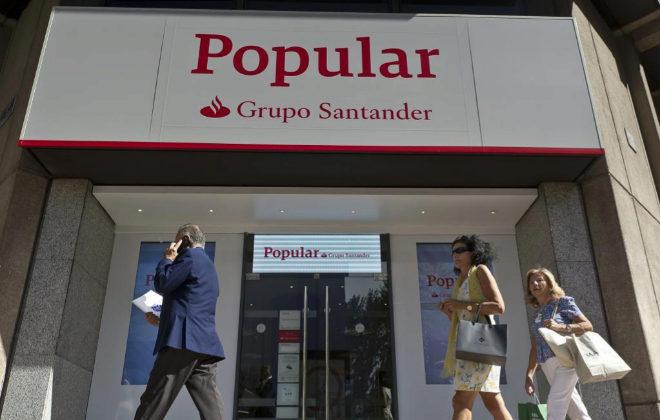 Oficina de Banco Popular tras su compra por el Santander, en Madrid.