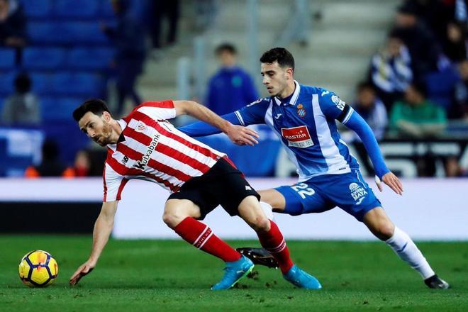 Aritz Aduriz (Athletic) y Mario Hermoso (Espanyol) pugnan por un...