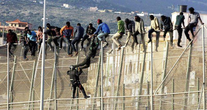 La Guardia Civil trata de bajar a un grupo de inmigrantes...