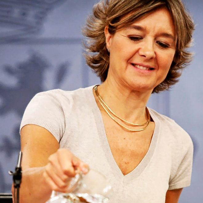 La ministra Isabel García Tejerina se sirve agua durante una...
