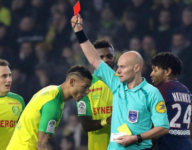 El árbitro Tony Chapron muestra la tarjeta roja al brasileño Diego Carlos.