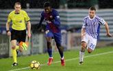 Dembelé se escapa de Kévin Rodrigues durante el partido de este...