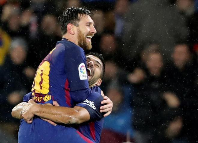 Messi celebrando con Luis Suárez su gol ante la Real Sociedad.