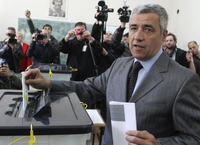 Oliver Ivanovic, uno de los principales líderes serbios en el norte de Kosovo, vota en unas elecciones en 2013 en Mitrovica  (Kosovo).