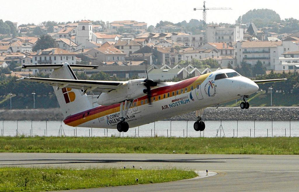Un avión despega del aeropuerto de Hondarribia.