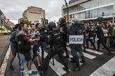 Actuación de agentes antidisturbios en un colegio de Hospitalet el...