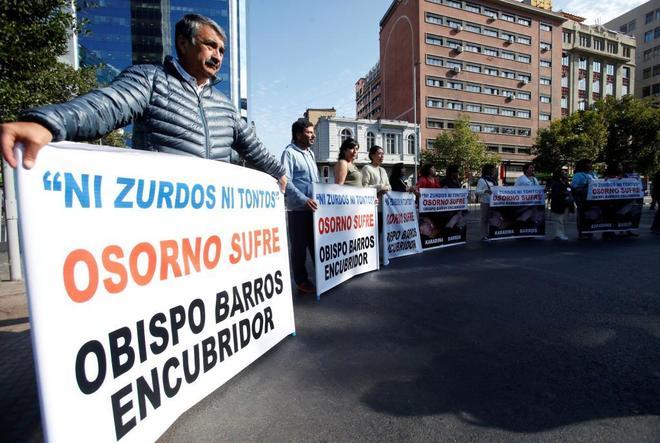 Varios manifestantes ante el palacio de la Moneda durante la visita de Francisco.