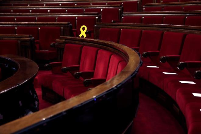 El escaño de Oriol Junqueras, marcado con un lazo amarillo en protesta por su encarcelamiento.