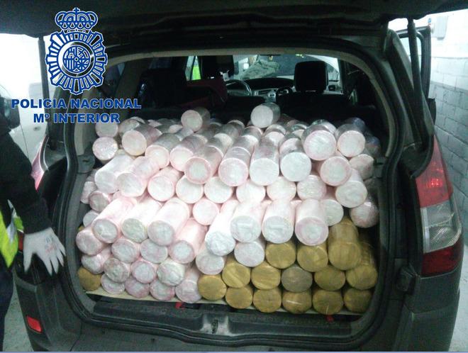 Uno de los vehículos cargados con cilindros de cocaína que ha...