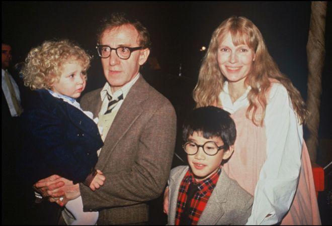Dylan Farrow (en brazos) con Woody Allen, su hermano Moses y Mia Farrow.