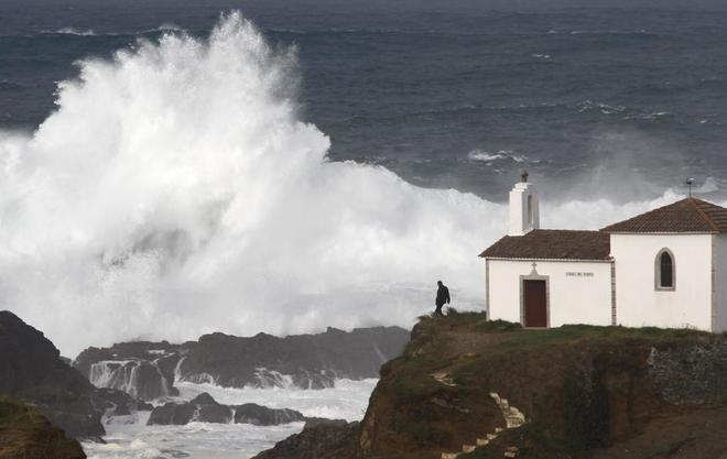 Un hombre observa las olas en la costa de Valdoviño (A Coruña).