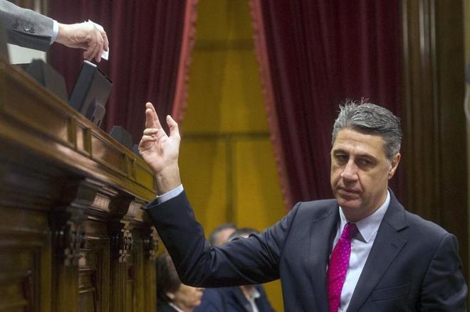 El diputado y líder del PPC, Xavier García Albiol, deposita su voto durante el pleno de constitución que ha dado inicio a la XII legislatura.