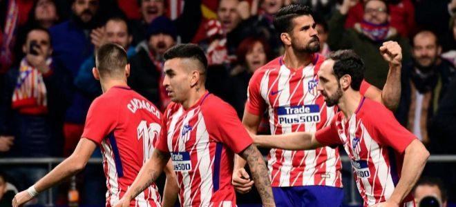 Costa festeja con la afición rojiblanca tras anotar el 1-0.