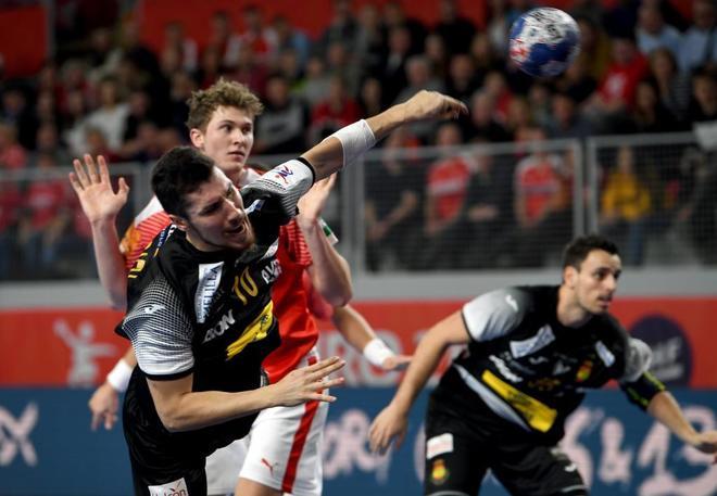 Alex Dujshebaev intenta un lanzamiento en el partido ante Dinamarca.