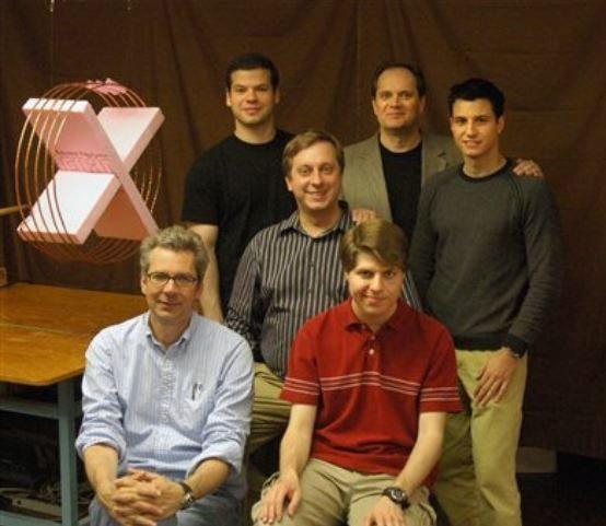 El equipo del MIT, con Marin Soljacic sentado en el centro, tras anunciar su primer éxito de carga sin cables.