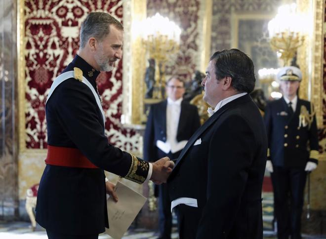 Felipe VI saluda al nuevo embajador de EEUU, Richard Duke Buchan III, en el Palacio Real.