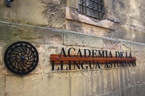 Fachada de la Academia de la Llingua Asturiana, en Oviedo.