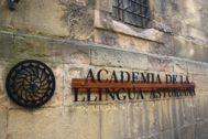 Fachada de la sede de la Academia de la Llingua Asturiana.