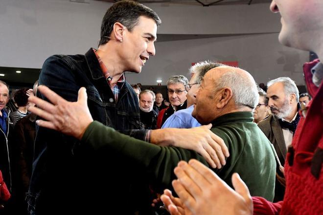 El secretario general del PSOE, Pedro Sánchez, saluda a un jubilado durante un acto celebrado en Leganes.