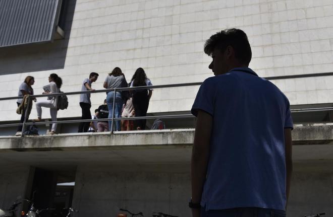 Alumnos en la entrada de la Universidad de las Islas Baleares.