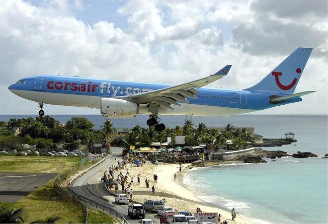 Aterrizaje de un avión en el aeropuerto Princess Juliana en St. Martin.